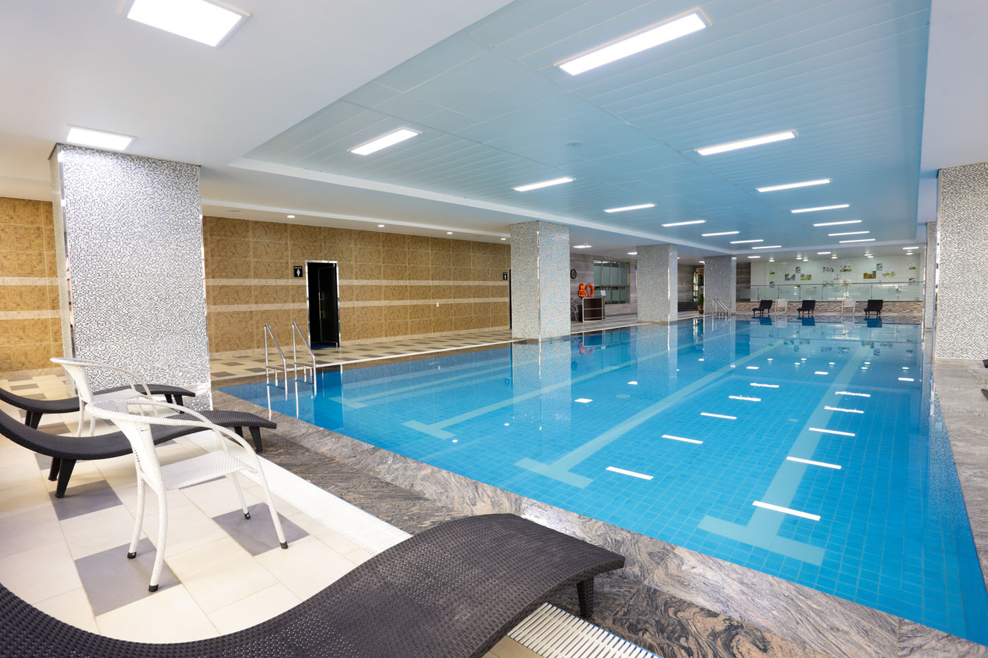 Swimming pool de castle royal for Swimming pool management companies